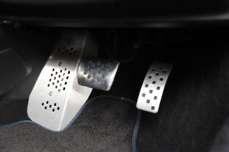 アルミ製のアクセルおよびブレーキペダル(写真左端はフットレスト)。アルピーヌによれば、「今後も3ペダルのMTを設定する予定はない」とのこと。