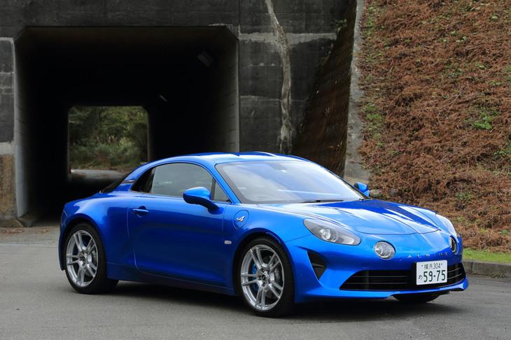 日本市場における「アルピーヌA110」のカタログモデルは、基本的に右ハンドル。左ハンドル仕様は、「A110ピュア」の「ブルー アルピーヌ メタリック」色と、「A110リネージ」の「グリ トネール メタリック」色に限って選択できる。