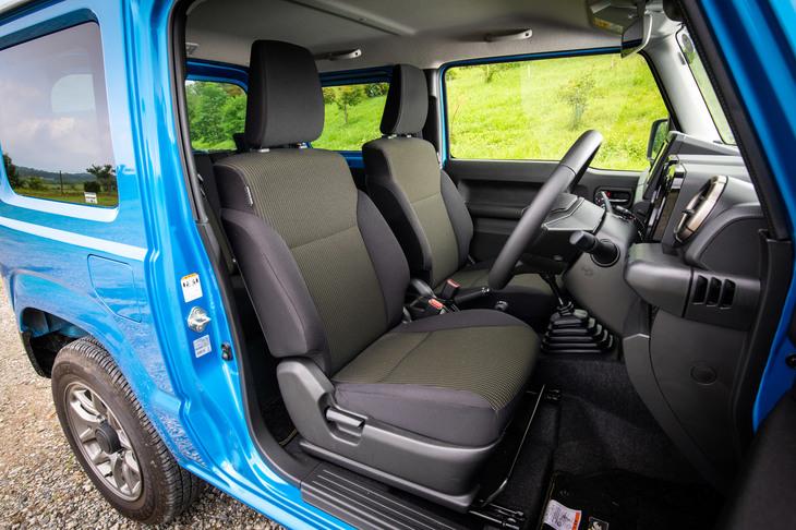 前席については前後スライド量を240mmに拡大(+45mm)するとともに、調整ピッチを15mmから10mmに変更。幅広い体形の人が、より適切な運転姿勢を取れるようになった。