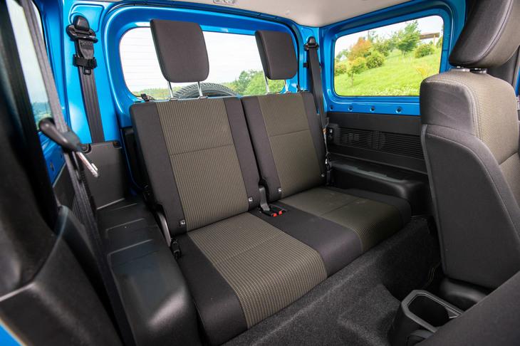後席はベーシックな「ジムニーXG」を除き、ヘッドレスト付きの分割可倒式。やはりジムニーXGを除き、シート表皮には全車はっ水加工が施されている。