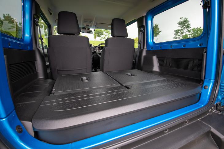 後席はヘッドレストを外すことでフラットにたたむことが可能。後席のシートベルトを脱着式としたり、両サイドに片側5個のユーティリティーナットを設けたり、床下に収納ボックスを設置したりと、限られたスペースを有効に使うための工夫が凝らされている。