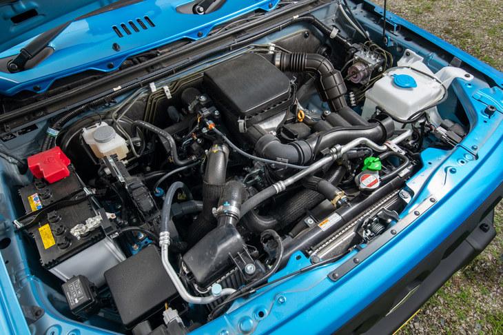 エンジンは先代の「K6A」型からスズキの現行モデルでおなじみの「R06A」型に変更。ピークトルクはややダウンしているが、ロングストローク化により低回転域から大きなトルクを発生する、よりオフロードに適した特性となった。