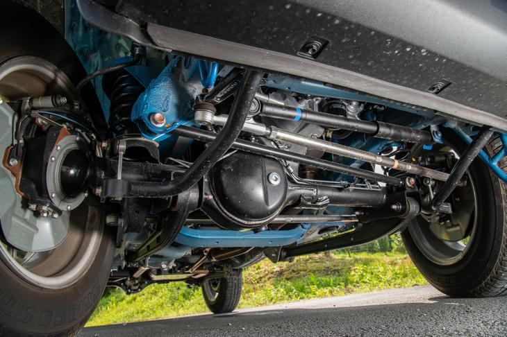 足まわりを前方から見たところ。ステアリング機構は路面からのキックバックを軽減するリサーキュレーティングボール式で、新型では新たにステアリングダンパーが追加された。