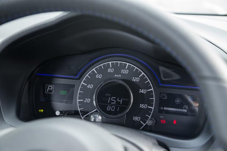 メーターパネルは電動車「e-POWER」独自のもの。中央と左右に液晶モニターが配される。