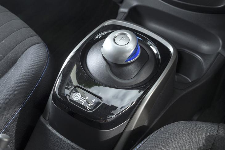バイワイヤ式のシフトスイッチ。走行モードのセレクトボタンは、その後方(後席側)にレイアウトされる。
