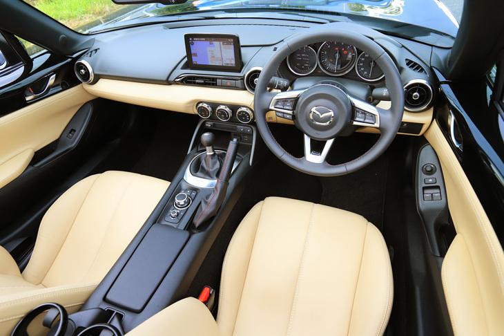 試乗した「ロードスターRF VS」のインストゥルメントパネルまわり。今回の改良では、同グレードの内装に、既存の「オーバーン」(赤褐色)のナッパレザーに加え、新たに「スポーツタン」と「ブラック」の2種類の本革仕様が追加された。
