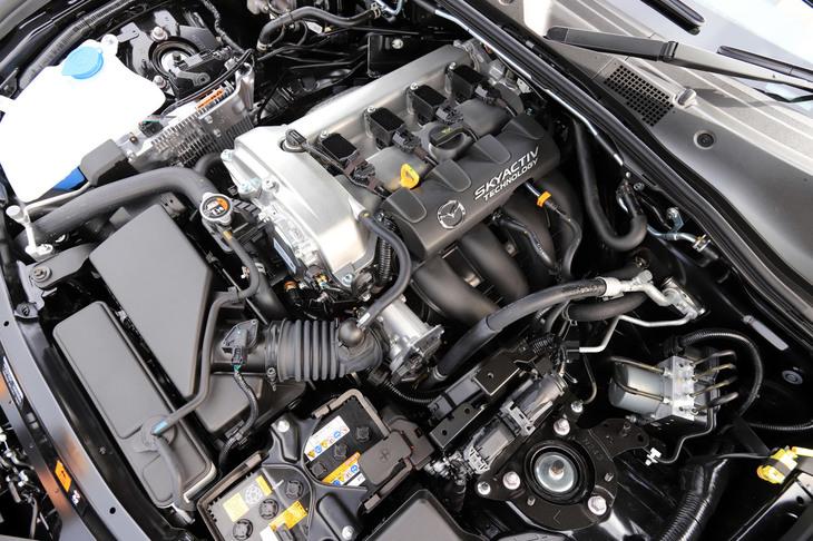 大幅な改良が施された2リッター直4エンジン。よどみなく吹け上がる伸び感を実現するため、トルク特性を見直し、回転系部品を軽量化。高回転化と高回転域での出力アップにより、最高出力は158ps/6000rpmから184ps/7000rpmに向上した。