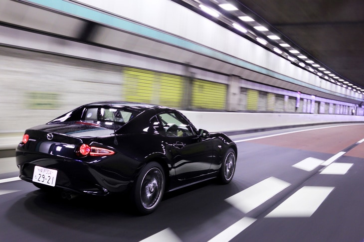 動力性能の向上に加え、環境性能の改善も図られたという「ロードスターRF」。燃費については、WLTCモードでMT仕様が15.8km/リッター、AT仕様が15.2/kmリッターと発表されている。