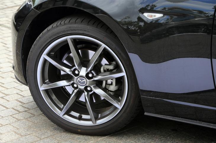 今回の改良では、足まわりについての変更はアナウンスされていない。タイヤサイズは205/45R17で、「ロードスターRF VS」には切削光輝加工のアルミホイールが組み合わされる。