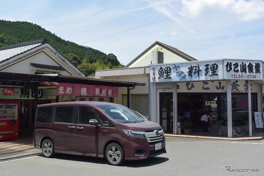 彦山駅の真正面にある鯉料理屋に立ち寄る。日田彦山線は昨年の豪雨以降、今も運休中のままだ。