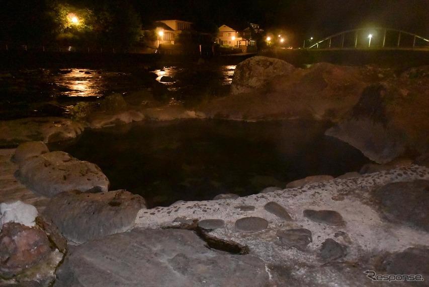 天ヶ瀬温泉の河原にはこのようにいくつもの野天風呂がある。