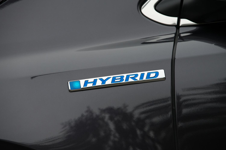 ボディーカラーは、テスト車に採用されていた「ルーセブラック・メタリック」(写真)や「プレミアムクリスタルレッド・メタリック」を含む、全6色のラインナップとなっている。