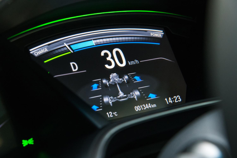 メーターパネルの中央に備わるマルチインフォメーションディスプレイ、車速や燃費、走行距離などの情報に加え、ハイブリッドシステムの作動状態や、4WDシステムのトルク配分なども表示される。