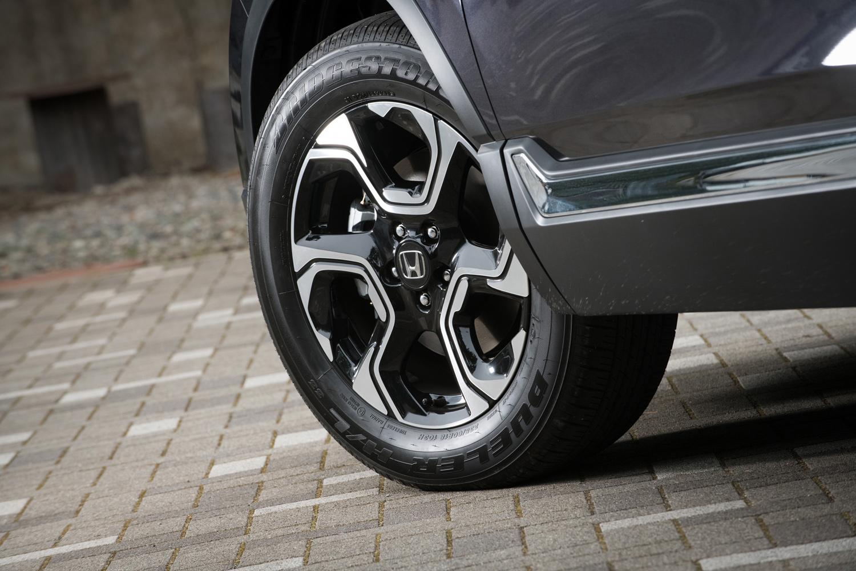 タイヤサイズは全車共通で、肉厚・大径な235/60R18。ツートンカラーの18インチアルミホイールについても、グレードや仕様による違いはない。