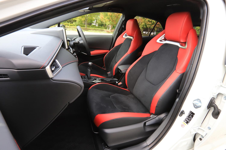 "「G""Z""」と「ハイブリッドG""Z""」のみにオプションで用意される、本革とウルトラスエードのコンビシート。このシートを選ぶと、内装色がブラックとレッドのツートンカラーとなる。"