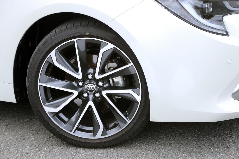 """「G""""Z""""」「ハイブリッドG""""Z""""」のタイヤサイズは225/40R18。切削光輝加工とダークグレーメタリック塗装を組み合わせた、ツートンカラーのアルミホイールが組み合わされる。"""