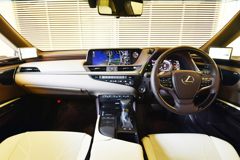 室内前方の装備類は、ドライバーの姿勢や視線の変化が極力抑えられるようレイアウトされている。