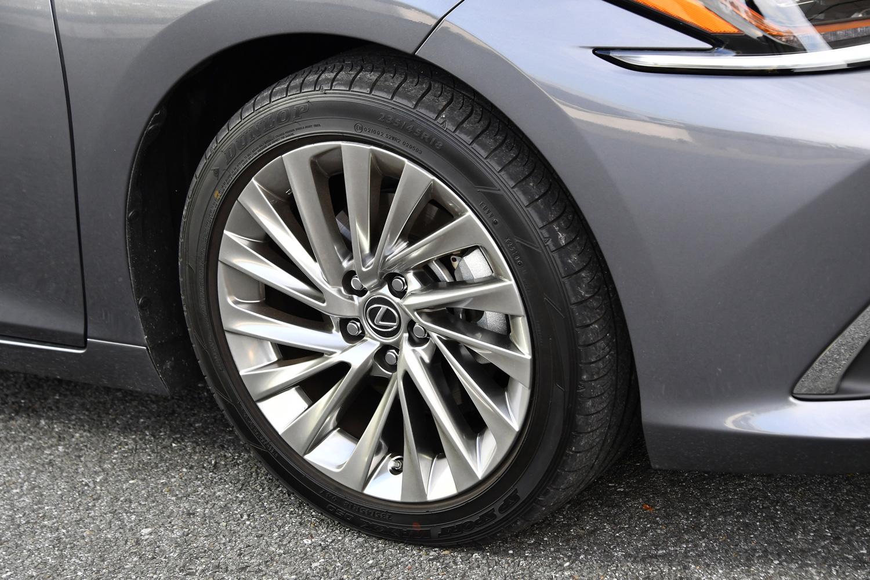 """""""バージョンL""""には、18インチの「ノイズリダクションアルミホイール」が装着される。リム部を中空構造とすることで、走行中に発生する不快な「タイヤの気柱共鳴音」を低減するという。"""