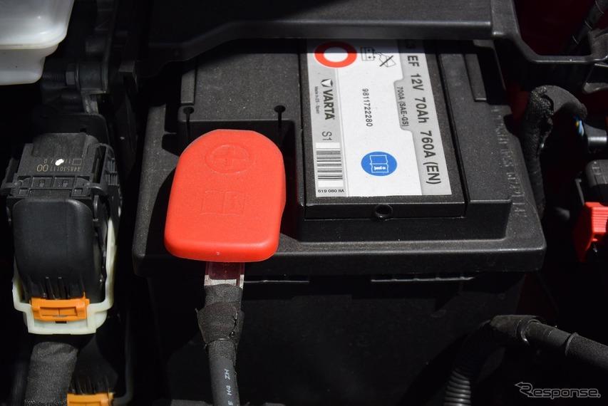 バッテリーは70Aの大容量。ディーゼルらしい。