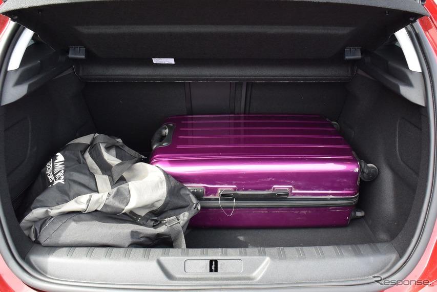 荷室。70センチサイズのトランクであったために奥向けに積むのは無理だったが、63センチサイズなら可能で、厚みによっては4個搭載も行ける。容量は420リットル。