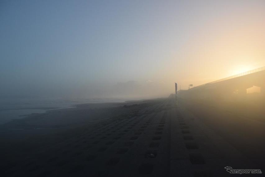 夕暮れの遠州灘に海霧が押し寄せてきた。
