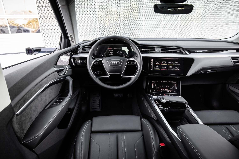 現在販売されている車両から乗り換えても違和感の少ないインテリアデザインを採用。物理スイッチを極力少なくしているのが特徴だ。