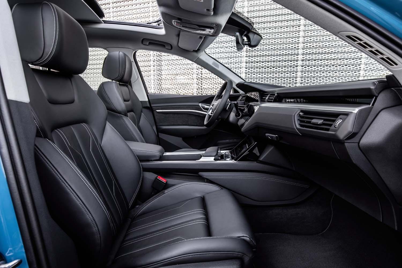 フロア高は少し高めだが、それ以外は通常のモデルとさほど変わらないインテリア。SUVモデルらしくキャビン空間はゆとりある設計となっている。