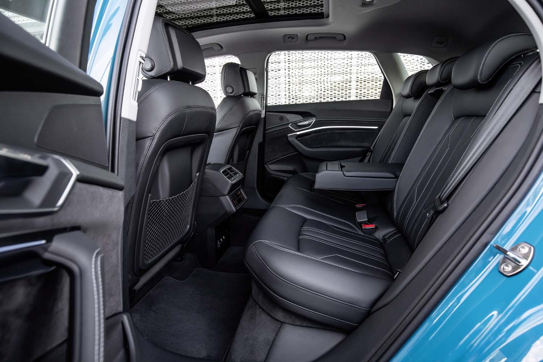 リアシートの着座位置はフロントよりも高め。リアシートのバックレストは可倒式で、倒せば荷室容量を拡大できる。