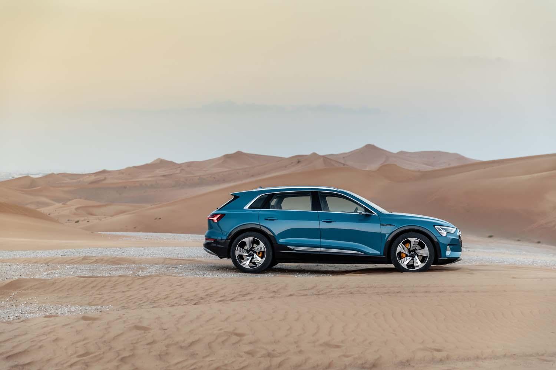 0-100km/h加速5.7秒という実力を持つ「アウディe-tron」。最高速度は200km/hに制限されている。自動車高調整機能付きアダプティブエアサスペンションを標準装備し、路面状況に応じて最大で車高を76mm変化させることができる。