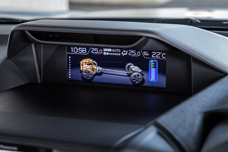 ダッシュボード中央上部に、マルチインフォメーションディスプレイを配置。「e-BOXER」のシステム作動状況を表示する。EV走行時やモーターアシスト走行時はグリーンで、回生ブレーキ作動時はブルーで、それぞれシステム部分が表示される。