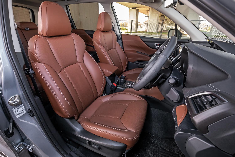 試乗車は、オプションの本革シートを装備していた。乗り降りがしやすい、運転席シート自動後退機能も「フォレスター アドバンス」に標準装備されている。