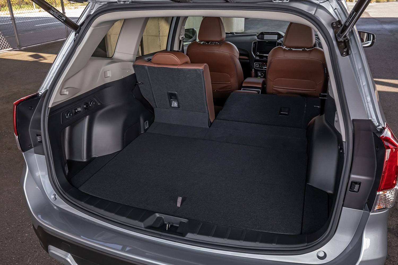 荷室は5人乗車の場合、2.5リッターエンジン搭載車では520リッターの容量となるが、「アドバンス」ではバッテリー搭載の関係で容量が509リッターとなる。
