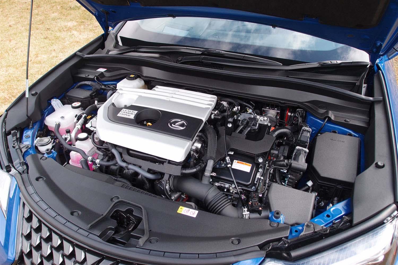 「レクサスUX」にはハイブリッド車(写真)と自然吸気のガソリンエンジン搭載車がラインナップされる。ともに、エンジンは新開発の2リッター直4ユニットが採用されている。