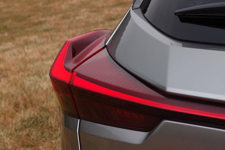 フィン形状のリアコンビランプは、レーシングカーのリアスポイラーを意識してデザインしたもの。機能美を盛り込んだ、新たな試みといえる。