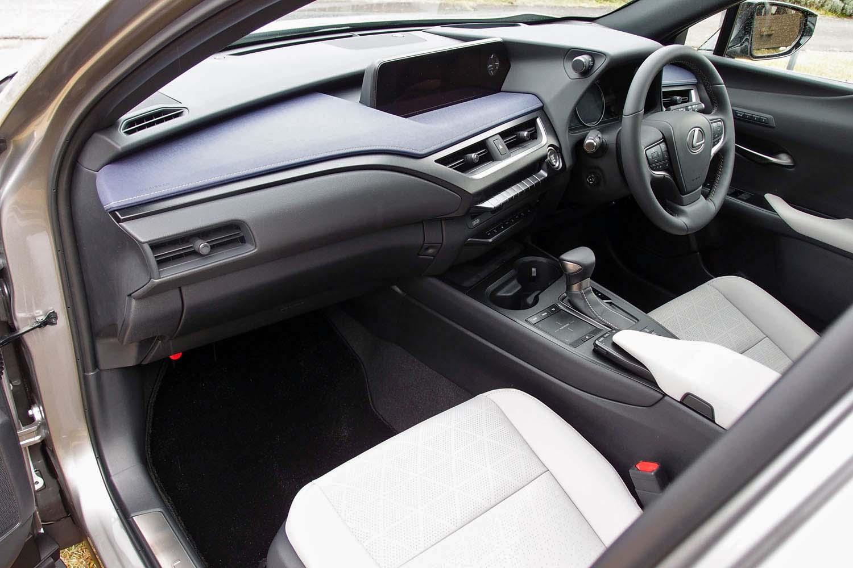 「人を中心として捉え、凝縮された安心感のあるキャビン」を目標にデザインされたインテリア。センターコンソールは、ドライバー側に傾けられている。