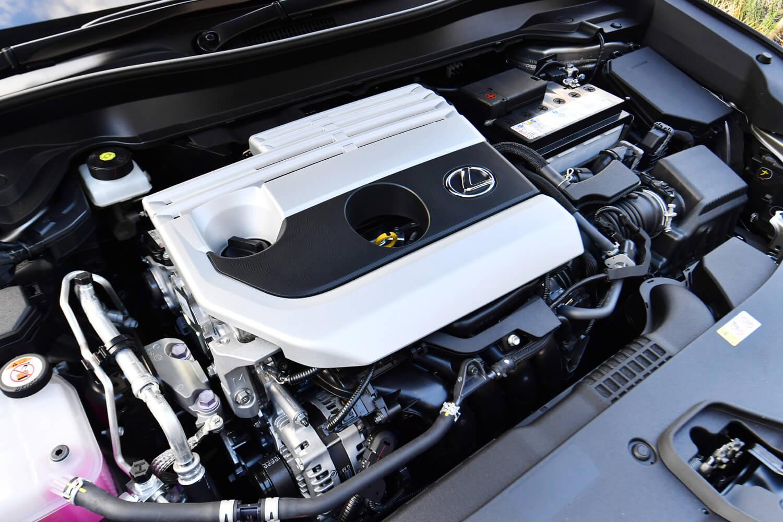 新開発の2リッター直4エンジンは、「UX」が初搭載モデル。優れたエネルギー効率に加えて、自然吸気エンジンならではの回転フィーリングが長所とされている。