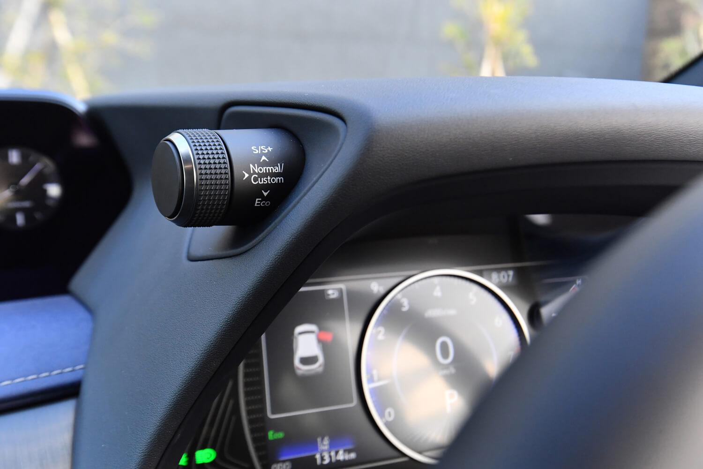 メーターバイザーの左上方には、ダイヤル式のドライブモードセレクターが配される。