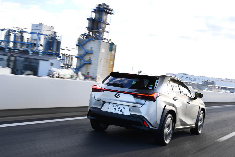ガソリンエンジン車「UX200」には、発進用のローギアを備える新開発のCVTが搭載される。
