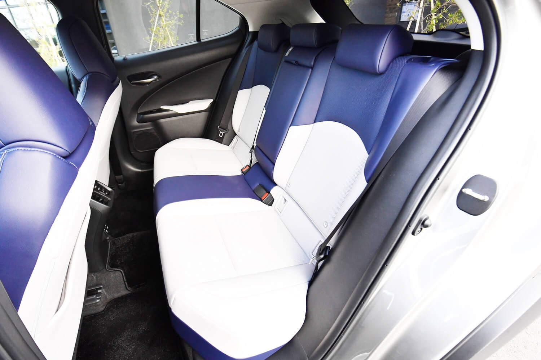 後席での着座位置は前席よりも高くなる。前後乗員のカップルディスタンスは870mmが確保されている。