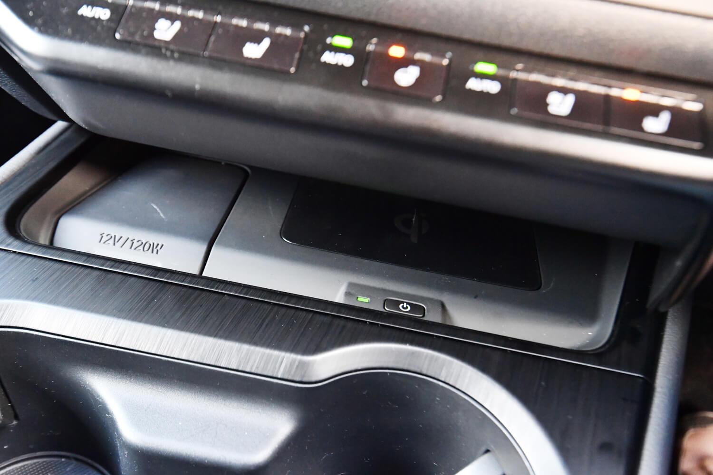 非接触タイプの充電機能を持つ電子機器に有効な「おくだけ充電」。2万3760円のオプションとして用意される。