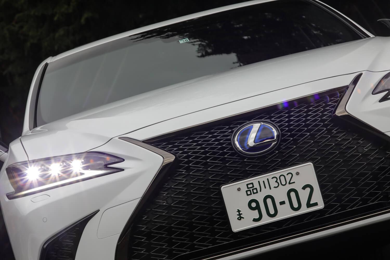 """現行レクサス各車で用いられる「スピンドルグリル」は「ES300h""""Fスポーツ""""」専用のグリルパターンを採用している。グリル内は、L字をモチーフとしたピースが7000個以上も組み合わされたデザインになる。"""