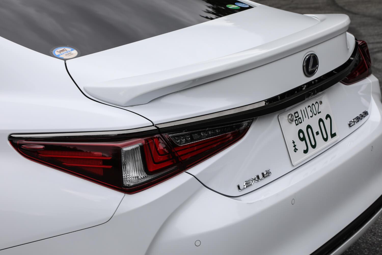 """リアコンビネーションライトもL字をモチーフとしたデザインを採用し、ボディーから浮き出るように組み込まれている。リアスポイラーは「ES300h""""Fスポーツ""""」に標準装備のアイテム(他グレードではメーカーオプション)となる。"""