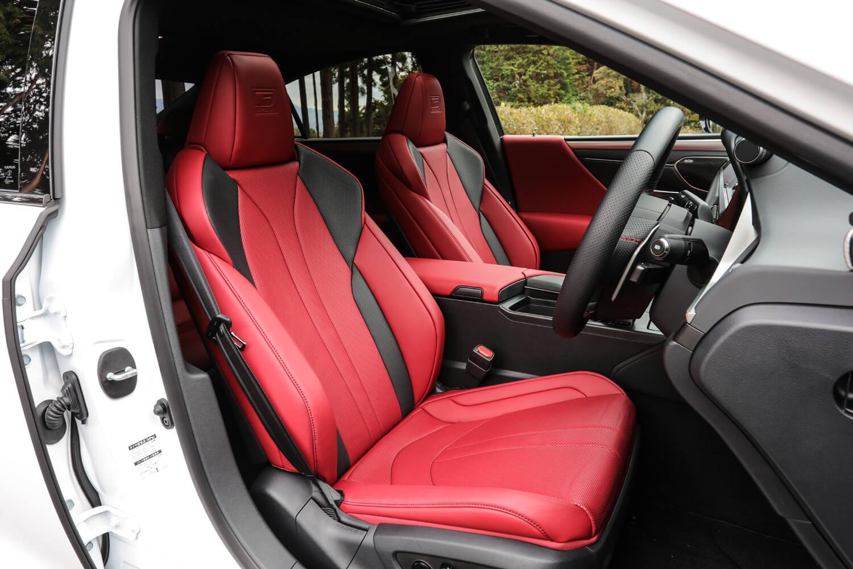 """ヘッドレスト一体式となるシートバックデザインを持つフロントシートは「ES300h""""Fスポーツ""""」の専用アイテム。アルミ製のペダルとフットレストも専用装備として採用している。センターコンソールボックスは、左右どちらからでも開き便利に使える。"""