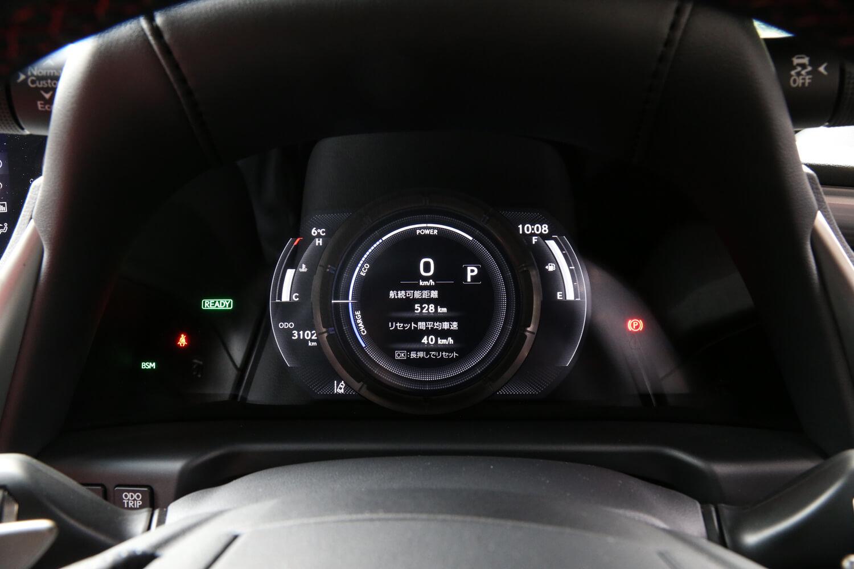 「LFA」譲りとトヨタが言うメーターのデザイン。スイッチ操作で中央部分に位置するアナログデザインのメーター(写真)が右にスライドし、各種インフォメーションを表示するディスプレイの面積が広がる。