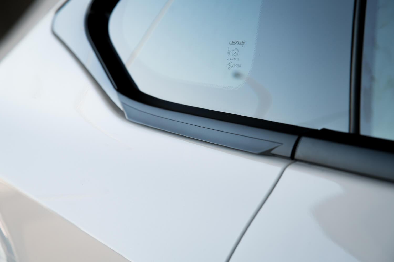サイドウィンドウモールには、空力性能を高めるというフィンが刻まれている。