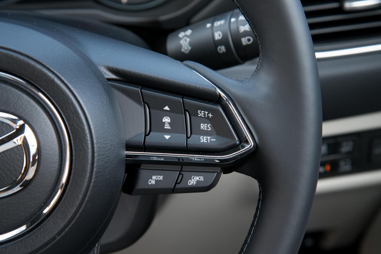 ステアリングホイールに装備されるアダプティブクルーズコントロールの操作スイッチ。「CX-8」では同システムが「25S」を除き全車に採用されている。