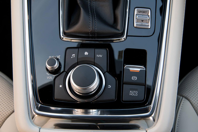 「マツダコネクト」の操作パネル。ダイヤル式コントローラー側面のデザインに、より細かいパターンを採用するなどして、操作性の改善と質感の向上が図られている。