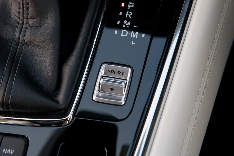 ガソリン車には自然吸気、ターボともに「ドライブセレクション」と呼ばれる機能が備わっており、シフトレバー横のスイッチで「SPORT」を選択すると、アクセル操作に対して力強い加速が得られるようになる。