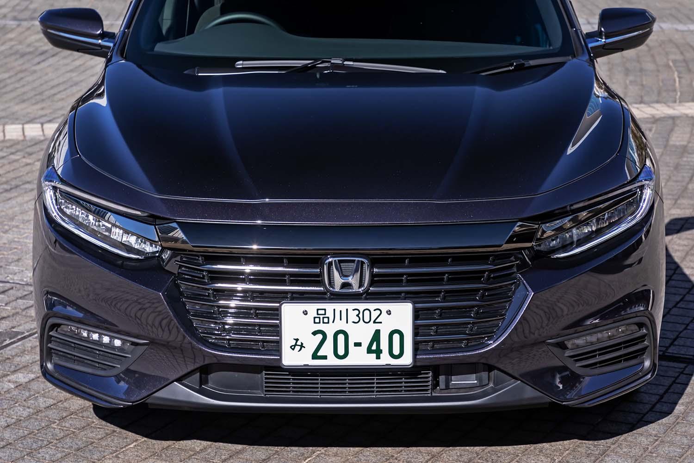 """フロントグリルやバンパーなどに、日本専用デザインを採用している「インサイト」。グリルとヘッドライト上部をつなぐ""""クロームバー""""が、最近のホンダ車に共通する印象をもたらす。"""