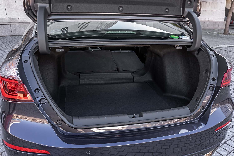 バンパーレベルから開き、左右幅も十分なトランクリッドを持つ「インサイト」。IPU(インテリジェントパワーユニット)を後席座面下に配置したことにより、荷室容量は519リッターを確保している。この広さと使い勝手は、ガソリン車並みだという。